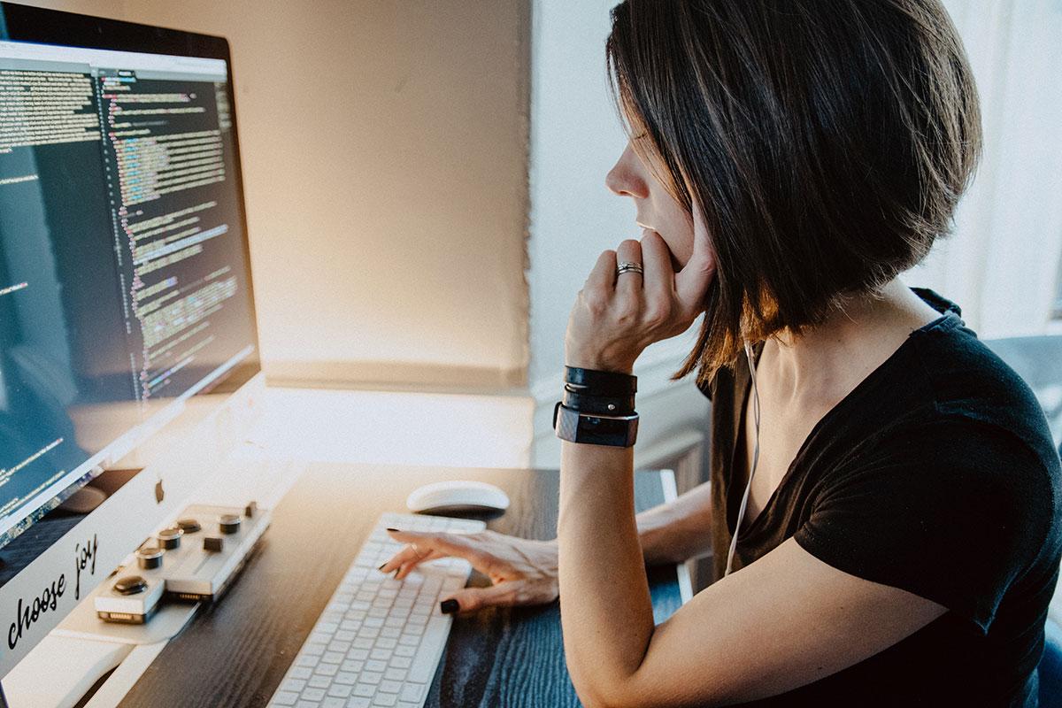 副業プログラマーはいくら稼げる?副業向きのプログラミング言語と副業の始め方